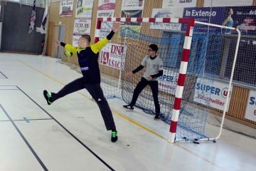 Gardien de handball en train de faire un arrêt