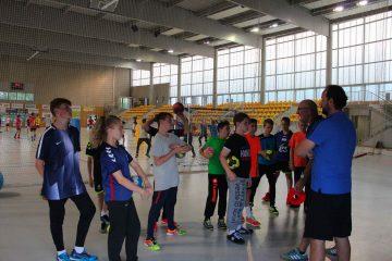 Entraineurs experts de handball donnent des consignes aux stagiaires
