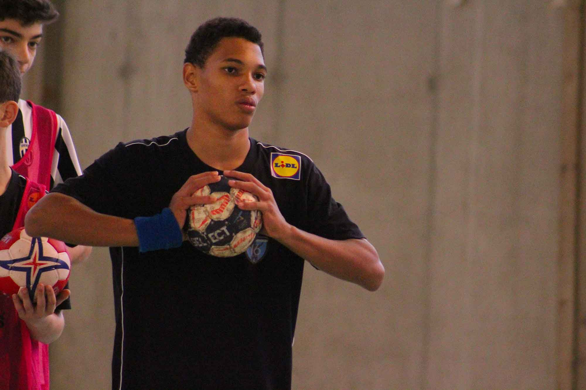 Photo d'un stagiaire des stages omeyer pendant un entraînement de handball