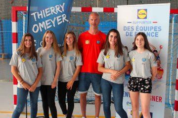 Thierry Omeyer fait une photo souvenir avec ces stagiaires