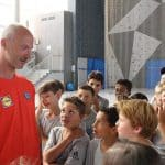 Thierry omeyer discute avec des stagiaires