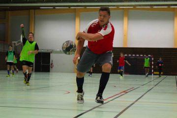 Stagiaire qui effectue un tir pendant un entraînement de handball