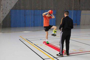 Photo de deux stagiaires pendant un entrainement de motricité spécifique gardien de handball