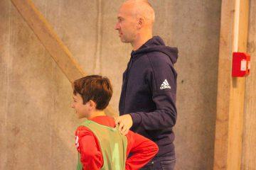 Thierry Omeyer accompagne un stagiaire pendant un entraînement de handball