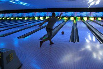 Un stagiaire joue au bowling pendant une activité annexe
