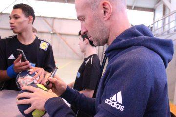 Thierry Omeyer signe un autographe sur un ballon
