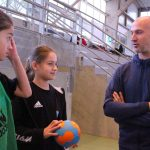 Thierry Omeyer discute avec des stagiares des stages handball