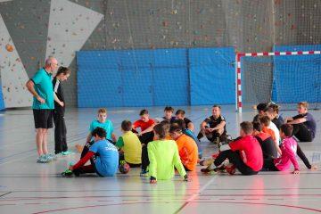 Deux experts de handball discutent avec un groupe de stagiaires