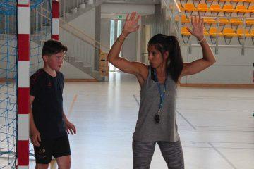 Un entraîneur durant une explication pendant un entrainement de handball