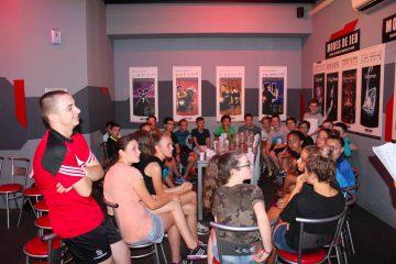 Groupe de stagiaires passionnés de handball pendant une activité annexe