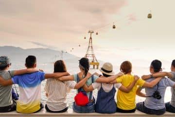 Photo d'un groupe d'enfants soudés pour parler des offres de parrainage des stages omeyer
