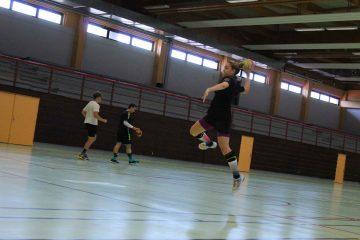 Stagiaire fille en plein saut en extension