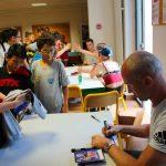 Thierry omeyer qui signe des autographes pendant une séance dédicace lors des stages handball