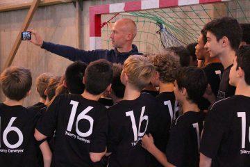 Selfie Thierry Omeyer avec les élèves des Stages Handball