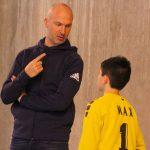 Thierry omeyer qui discute avec un stagiaire pendant un entrainement de handball