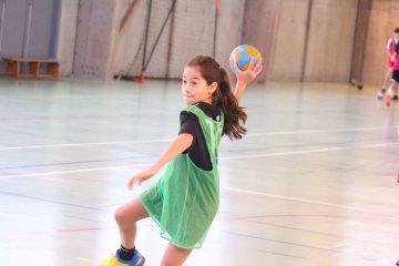 Stagiaire en tran d'effectuer un tir, ballon de handball à la main