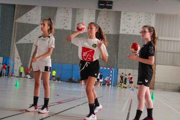 Trois stagiaires filles qui effectuent des tirs pendant un entrainement de handball