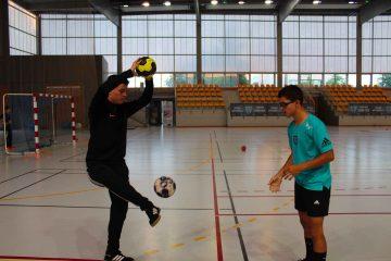 Photo de deux stagiaire pendant un entrainement de motricité spécifique handball