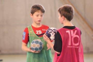 Complicité entre deux stagiaires sur notre stage de Handball
